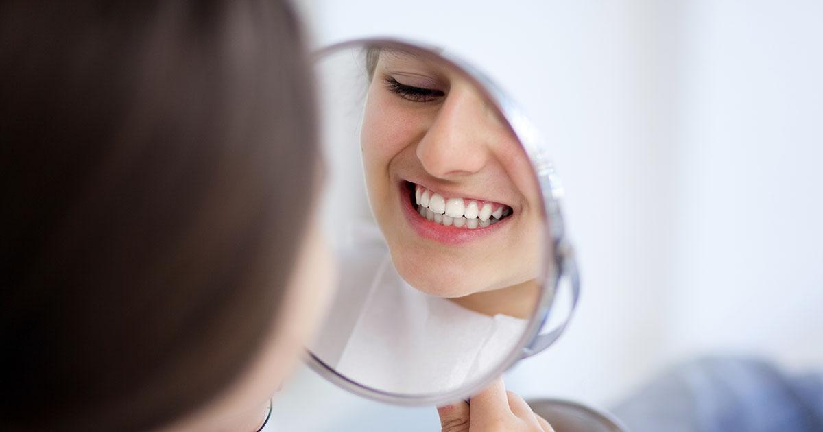 Ablösen des Zahnschmelzes nach Entfernung der Zahnspange
