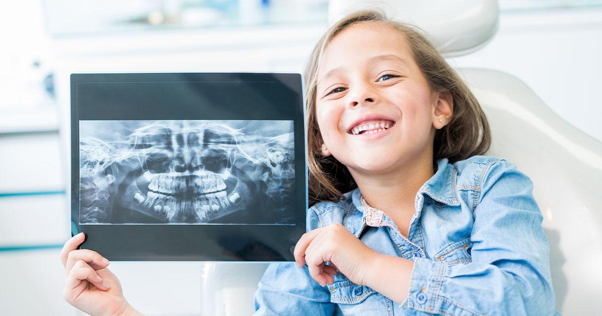 Kind mit einem Röntgenbild Ihres Kiefers