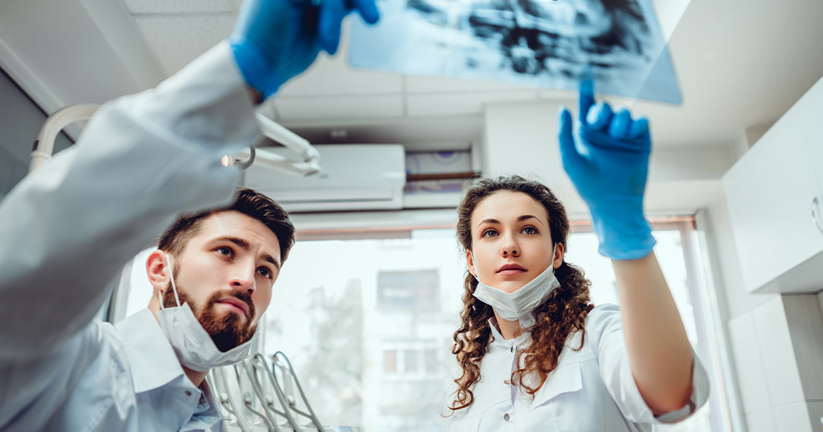 Ärzte mit Röntgenbild