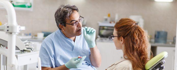 Kieferorthopäde und Patient im Gespräch